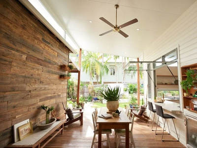 Reclaimed wood wall in Bangalow by Simply Wood